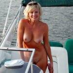 Francine, femme blonde matérialiste et facile nue en bateau