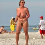 Ghislaine, vieille nudiste aux nibards fatigués