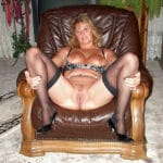 Jacqueline écarte les jambes dans un fauteuil