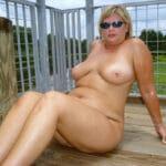 Laure, blonde grassouillette nue sur la terrasse
