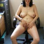 Liliane, secrétaire de 47 ans, nue au bureau