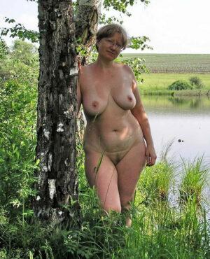 lucie-mature-naturiste-nue-foret-orleans