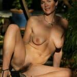 Nadine, femme brune sensuelle et velue de la chatte
