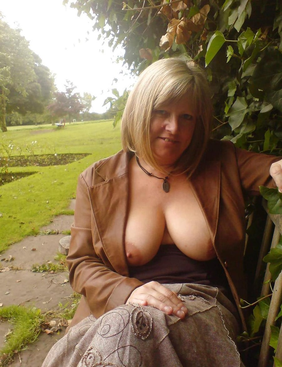 tres beaux seins femme mure fontaine
