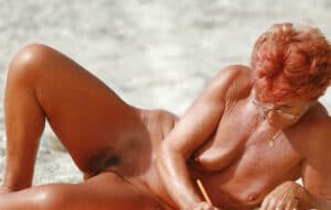 vieille-rousse-fripee-bronze-nue-plage