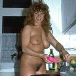 Viviane, housewife vintage aux gros nichons, nue dans la cuisine