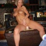 Karen, housewife chaude assise sur un gode