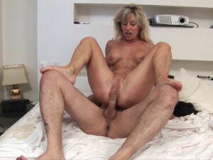 Chaude jeune fille nue masterbate