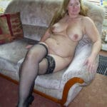 Béatrice, femme mure grassouillette salope nue sur son canap