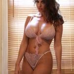 Milf italienne à gros seins sensuelle en lingerie