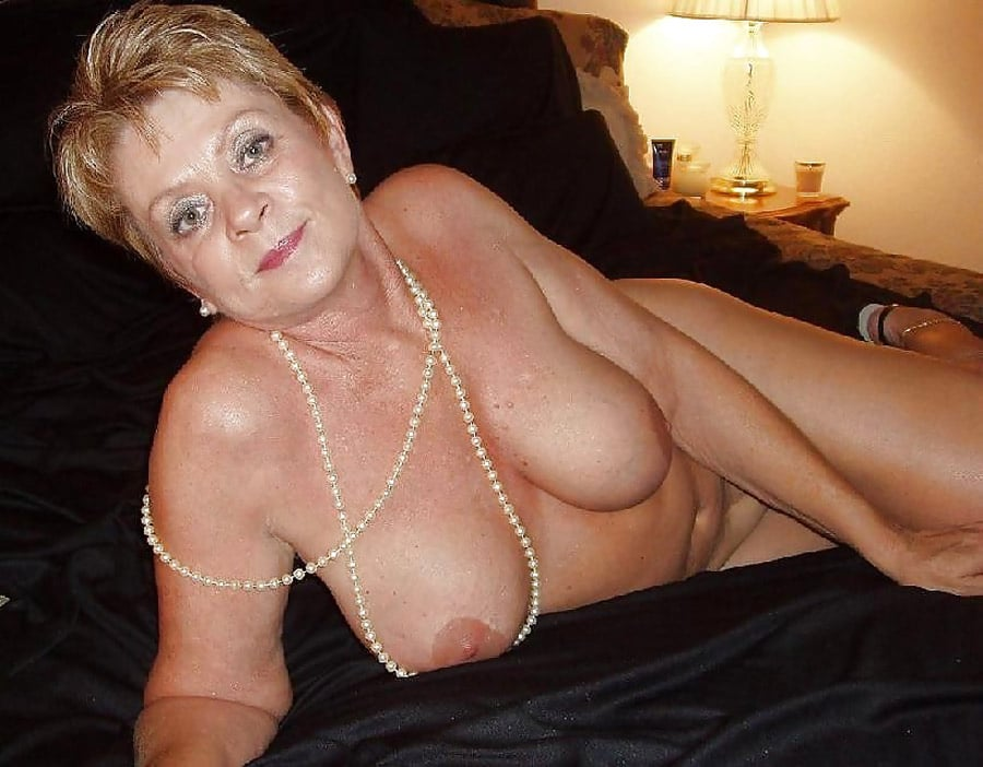 vieille femme soumise caresses coquines