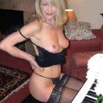 Brigitte, bourgeoise blonde frivole joue le prof de piano pervers