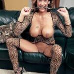 Milf à gros seins en tenue léopard se gode ( 15 photos )