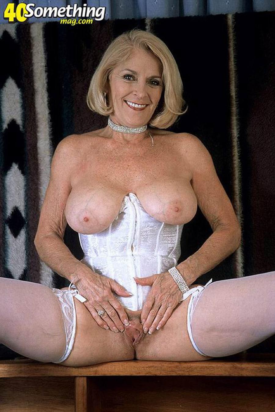 comment faire un site de rencontre vieille cougar à gros seins en lingerie blanche