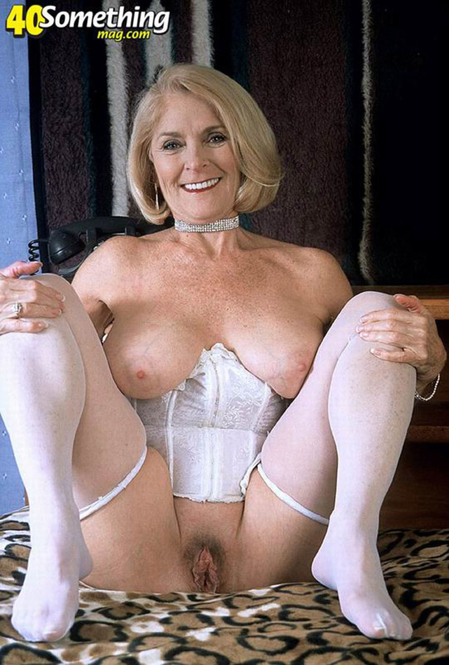 rencontre femme mure en bois-colombes vieille cougar à gros seins en lingerie blanche