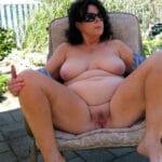 Jeannette, poufiasse mature grassouillette nue sur la terrasse