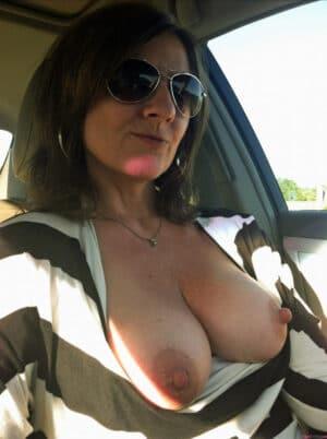 Vieille au gros sein elle suce dans la voiture