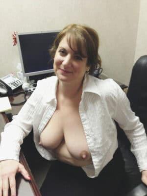 salopes agees salope sous le bureau