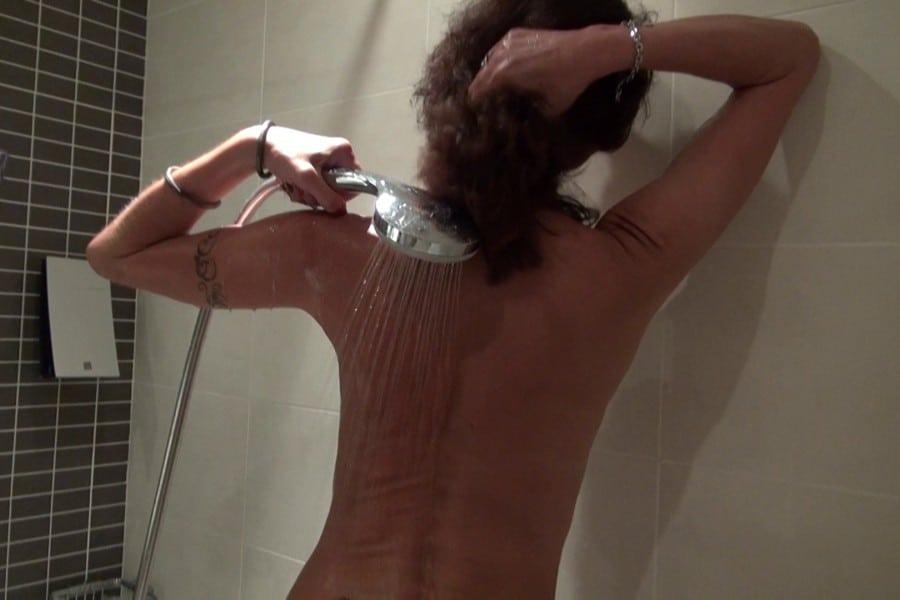 Lyna Cypher mature sous la douche