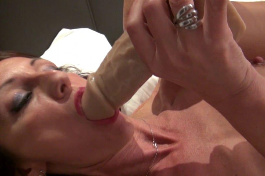 Lyna Cypher suce le gland de son dildo