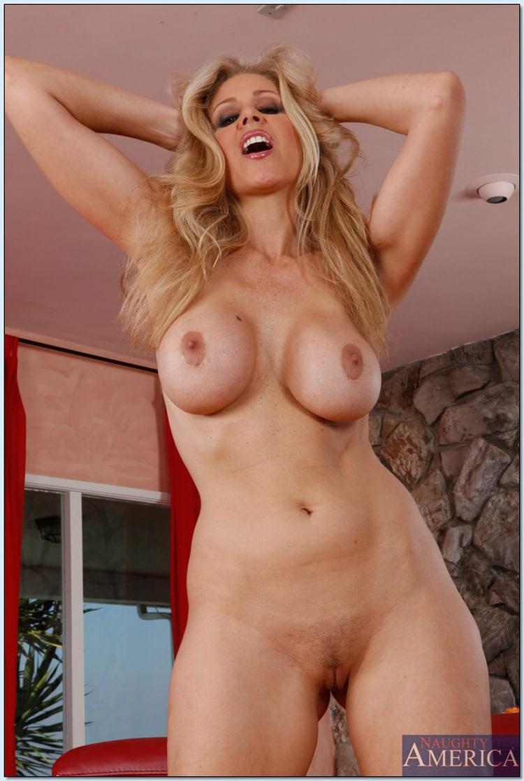 Julia Ann gros seins nus débout