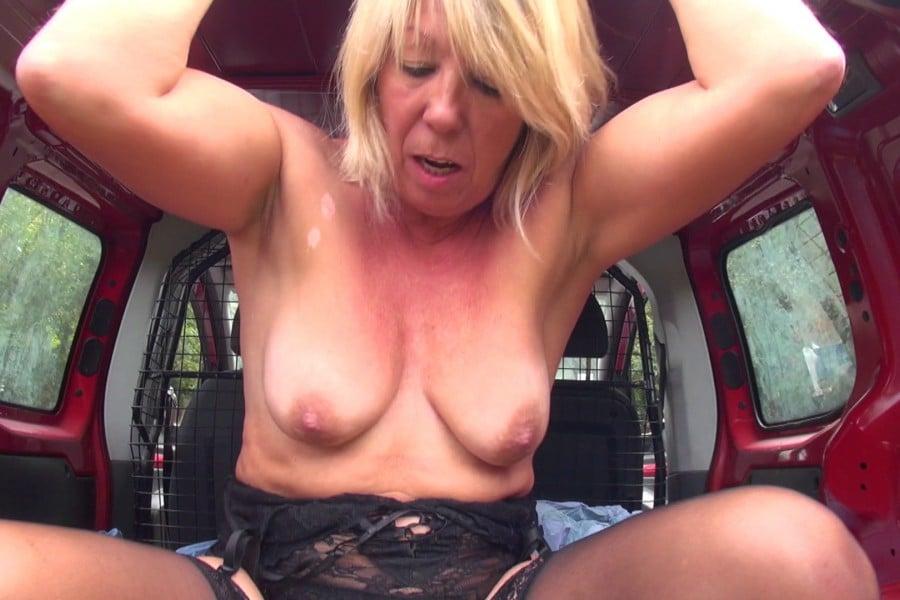 Brigitte cougar blonde baise camionnette Jacquie et Michel 20