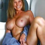 Chacha housewife excitée d'avoir des gros seins refaits
