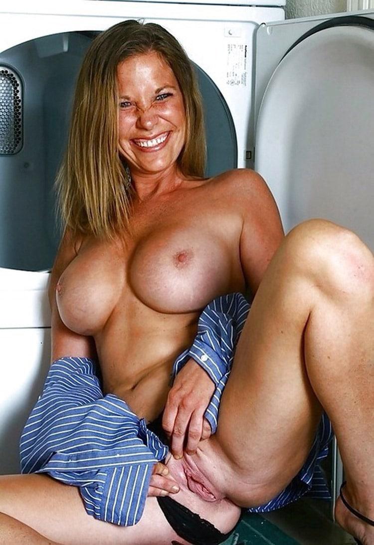 Salope excitée à gros seins