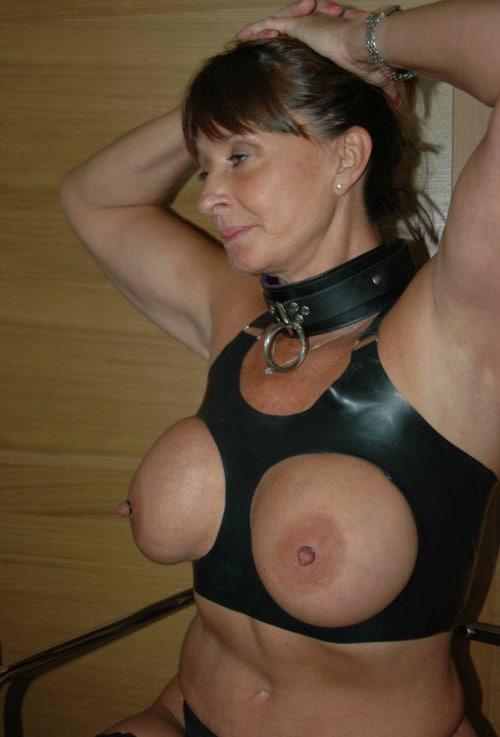 Robe en cuir avec ouverture sur gros seins