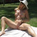 Josiane vieille naturiste aux seins en poire nue dans le jardin