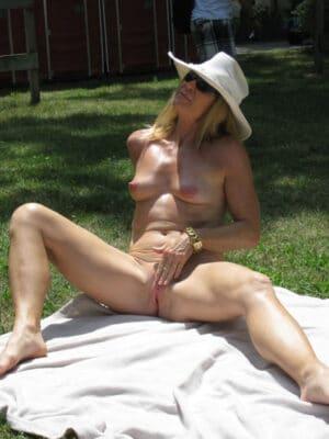 Josiane naturiste les seins en poire