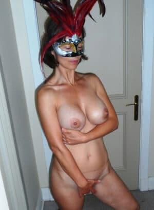 Juliette libertine nue avant soirée masquée