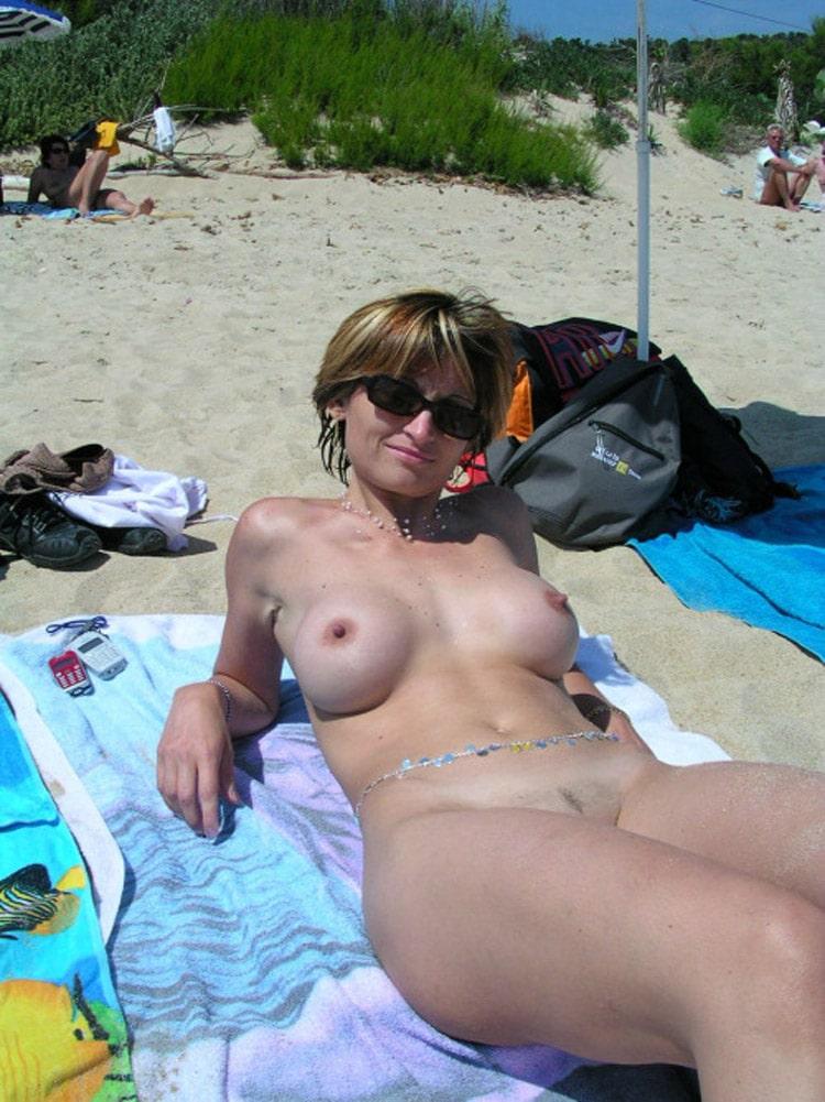 Louise, femme naturiste gros seins refaits