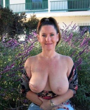 Josette, bourgeoise de Cannes exibe ses gros seins naturels