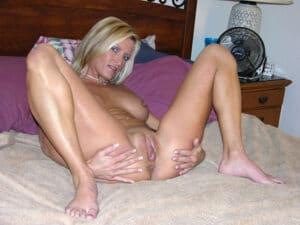 MILF blonde à gros vagin juteux