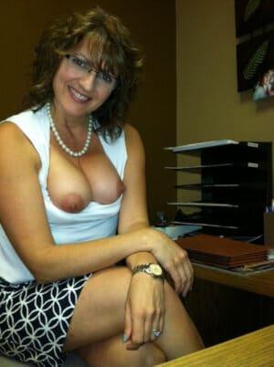 ma secretaire est une salope elle montre sa chatte poilue