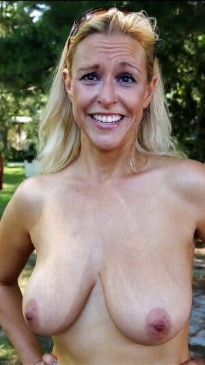 Une blonde recouverte de foutre