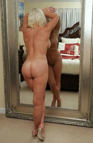 Une superbe cougar blonde qui a toujours envie de sexe !
